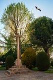 Cruz em Santuario de Nuestra Senora de Sonsoles com voo da cegonha, Avila, Espanha foto de stock