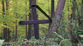 Cruz em um cemitério vídeos de arquivo