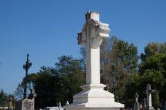 Cruz em um cemitério velho foto de stock