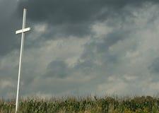 Cruz en campo con las nubes de tormenta arriba Imágenes de archivo libres de regalías