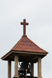 Cruz en el campanario de la iglesia Foto de archivo