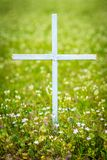Cruz en el campo de flores Imágenes de archivo libres de regalías