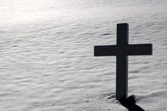 Cruz en el cementerio de Arlington en invierno Fotografía de archivo