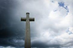 Cruz en el cielo oscuro Fotografía de archivo libre de regalías