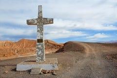 Cruz en el desierto de Atacama en memoria del papa Juan Pablo la segunda visita cerca de San Pedro de Atacama, Chile Imágenes de archivo libres de regalías
