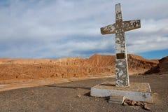 Cruz en el desierto de Atacama en memoria del papa Juan Pablo la segunda visita cerca de San Pedro de Atacama, Chile Foto de archivo libre de regalías
