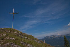 Cruz en el pico de montaña Fotografía de archivo