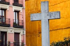 Cruz en la ciudad de Madrid Foto de archivo libre de regalías