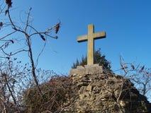 Cruz en la colina Foto de archivo libre de regalías