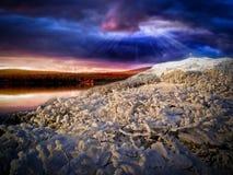 Cruz en la colina con los rayos del sol Foto de archivo libre de regalías