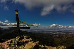 Cruz en la montaña Imagen de archivo libre de regalías