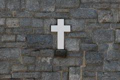 Cruz en la pared de piedra Foto de archivo libre de regalías
