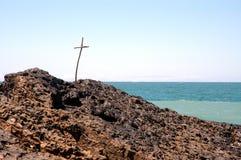 Cruz en la playa imagenes de archivo