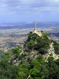 Cruz en la tapa de la montaña Foto de archivo libre de regalías