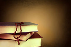 Cruz en los libros fotografía de archivo libre de regalías