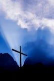 Cruz en montaña en la salida del sol Fotografía de archivo libre de regalías