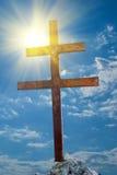 Cruz en rayos del sol Fotos de archivo libres de regalías