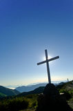 Cruz en tapa de la montaña foto de archivo