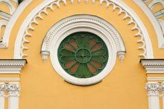Cruz en una pared amarilla Imagen de archivo