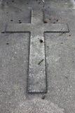 Cruz en una piedra sepulcral Fotografía de archivo libre de regalías