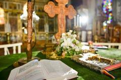 Cruz en una Sagrada Biblia Foto de archivo libre de regalías