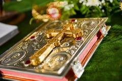Cruz en una Sagrada Biblia con la flor Imágenes de archivo libres de regalías