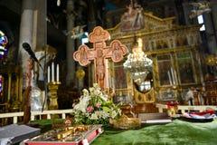 Cruz en una Sagrada Biblia con la flor Foto de archivo libre de regalías
