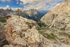 Cruz en una torre de Toblin, Dolomiti, Sudtirol, Italia de la cumbre Imagen de archivo