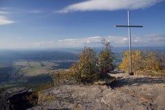 Cruz encima de la montaña Foto de archivo