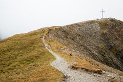 Cruz encima de la montaña en Austria Imagenes de archivo