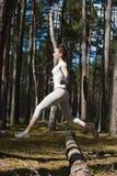 Cruz-entrenamiento apto del atleta de sexo femenino afuera en bosque Imagen de archivo libre de regalías