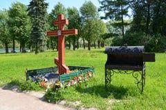 A cruz fúnebre ortodoxo e a fornalha no lugar do tijolo plantam o crematório St Petersburg imagens de stock royalty free