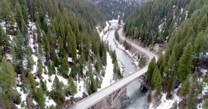 Cruz famosa del puente del arco iris de Idaho el río de Payette en Idaho almacen de video