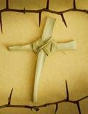 Cruz feito a mão do ramo da palma cercada pela coroa de espinhos Imagens de Stock