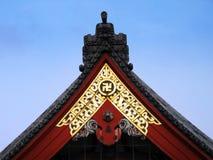 Cruz gamada en un templo budista. Foto de archivo