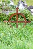 Cruz grave céltica oxidada delante de la abadía de Muckross Imagen de archivo