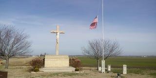 Cruz histórica en las faldas de la salida de la ciudad foto de archivo