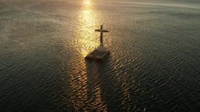 Cruz hundida del cementerio en la isla de Camiguin, Filipinas metrajes