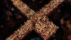 Cruz impetuosa com os frascos do mel Foto de Stock Royalty Free