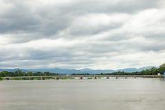 Cruz larga del puente los ríos en el norte de Tailandia imágenes de archivo libres de regalías