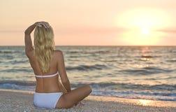 Cruz Legged en la puesta del sol Fotografía de archivo libre de regalías