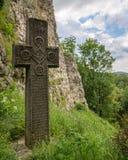 Cruz medieval, Dracula& x27; castelo de s, Romênia Fotos de Stock Royalty Free