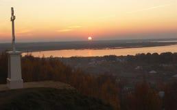 Cruz memorável em um monte acima do galichskoye do lago Fotos de Stock Royalty Free