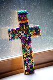 Cruz moldeada colorida fotografía de archivo