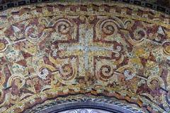 Cruz, mosaico en el altar de la Virgen María en la iglesia del santo Blaise en Zagreb imagen de archivo libre de regalías