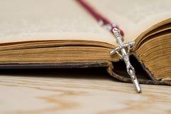 Cruz na B?blia em um fundo de madeira Livro sagrado imagem de stock royalty free