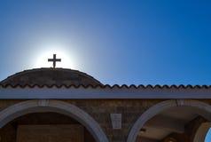 Cruz na igreja contra o sol Imagem de Stock