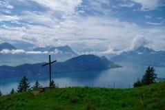 Cruz na inclinação do mountai de Rigi Foto de Stock