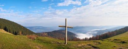 Cruz na montanha Fotos de Stock Royalty Free