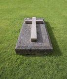 Cruz na pedra grave Imagens de Stock